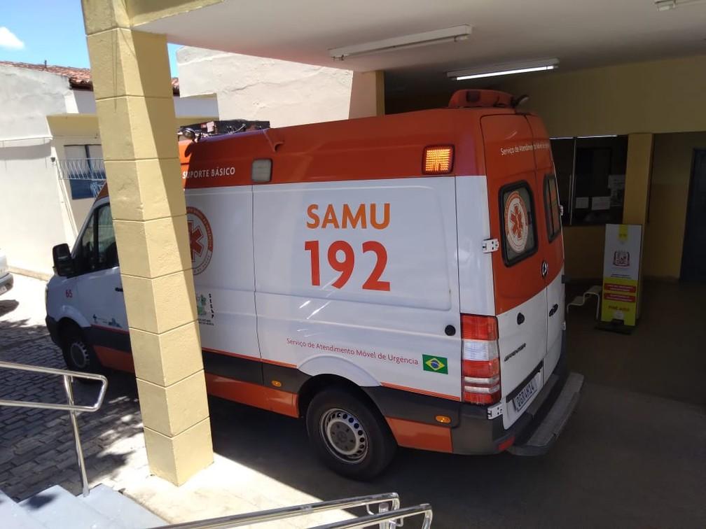 Ambulância do Samu se prepara para transferir paciente do Hospital Municipal de Ceará-Mirim, na Grande Natal, por falta de oxigênio. — Foto: Julianne Barreto/Inter TV Cabugi