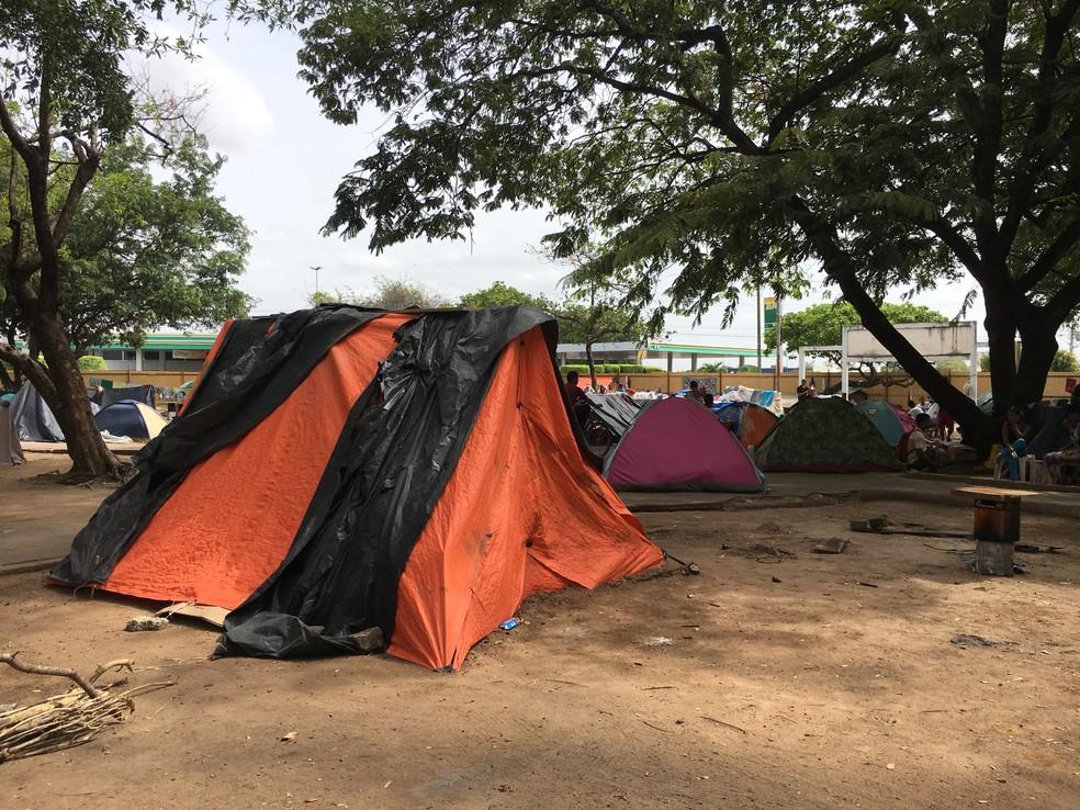 Imigrantes viviam de forma completamente improvisada na Simón Bolívar; ocupação começou no fim de 2017 (Foto: Emily Costa/G1 RR/Arquivo )