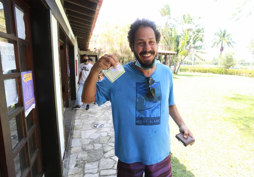 Guga Coelho vota no Rio de Janeiro — Foto: Dilson Silva/AgNews