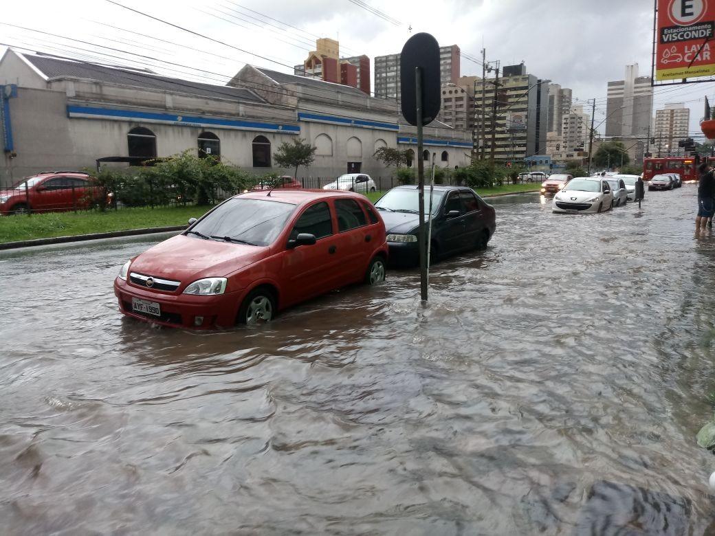 Chuva alaga ruas em Curitiba e deixa desalojados na Região Metropolitana