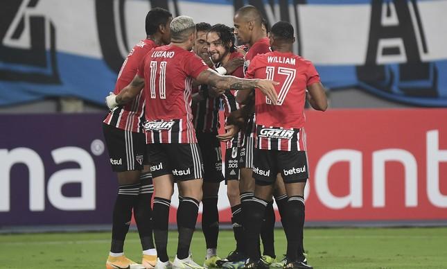 Jogadores do São Paulo comemoram gol pela Libertadores