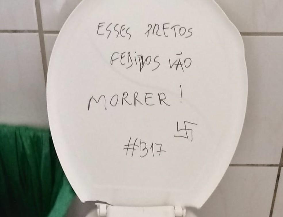 Mensagem de cunho racista foi escrita na tampa de um vaso sanitário de banheiro feminino da UFSM — Foto: Divulgação/Assessoria de Imprensa da UFSM