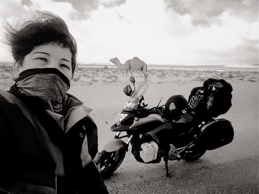 A natalense atravessou 2.800 quilômetros do Deserto do Saara de moto (Foto: Divulgação/Facebook)
