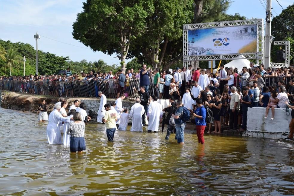 Cerca de 2 mil evangélicos se reuniram na manhã desta terça-feira (1º) na Lagoa de Extremoz (Foto: Richardson Hill)
