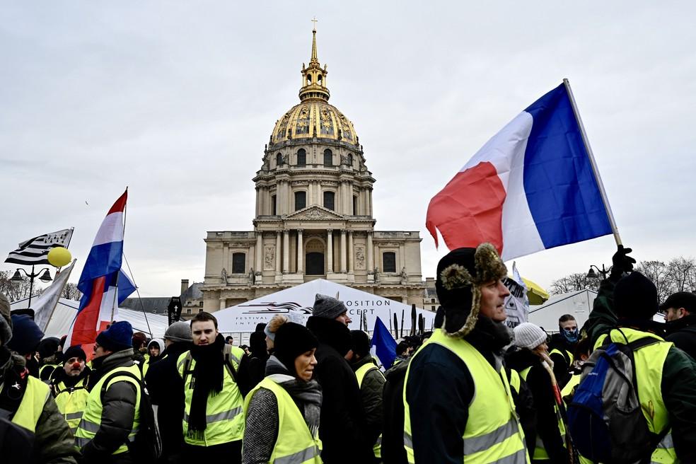 Coletes amarelos participam da décima semana de protestos em Paris, neste sábado (19). — Foto: Philippe Lopez/AFP