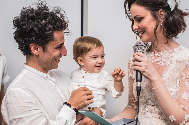 Carolina Kasting com o marido e com o filho caçula (Foto: Carla Alves)