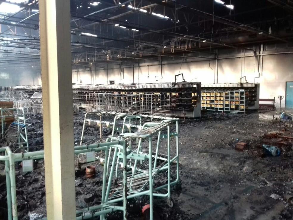 -  Galpão do centro de triagem ficou destruído após incêndio  Foto: Arquivo pessoal