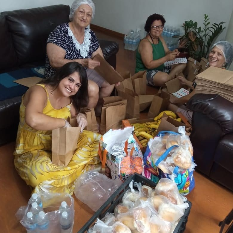 Voluntários distribuem café da manhã e material de higiene para pessoas sem-teto em BH