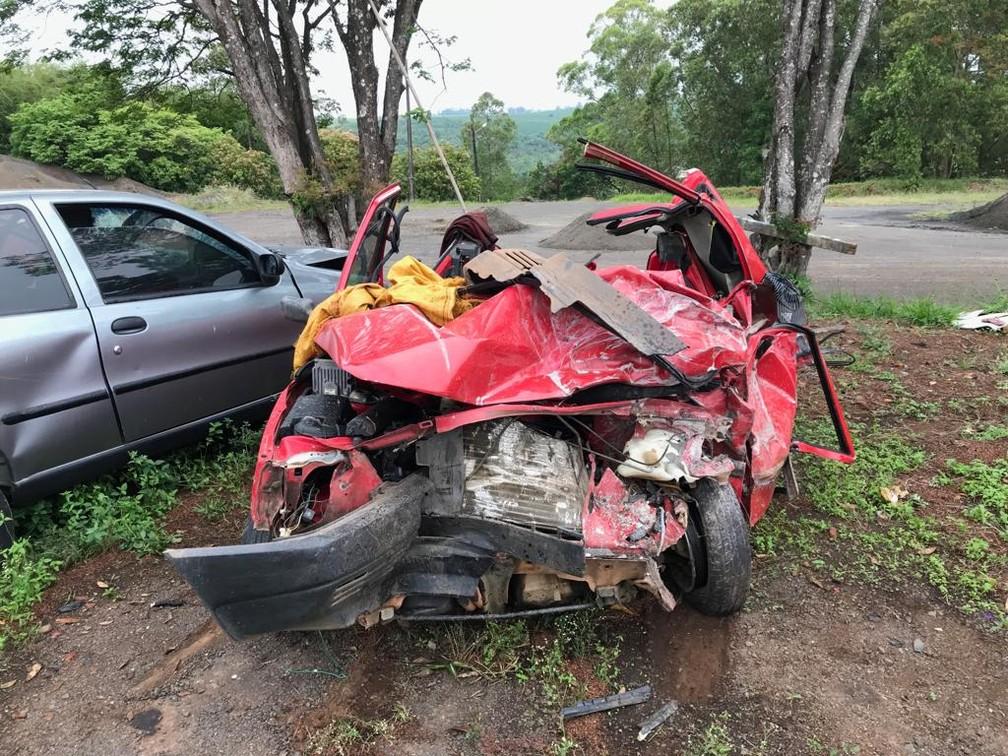 Carro envolvido na batida ficou totalmente destruído, em Pinhalão, no interior do Paraná  — Foto: Divulgação/PRE