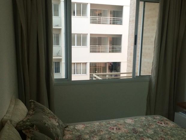 Prédio tem janela ampla para facilitar entrada de ar e luz, em Goiânia, Goiás (Foto: Vitor Santana/G1)
