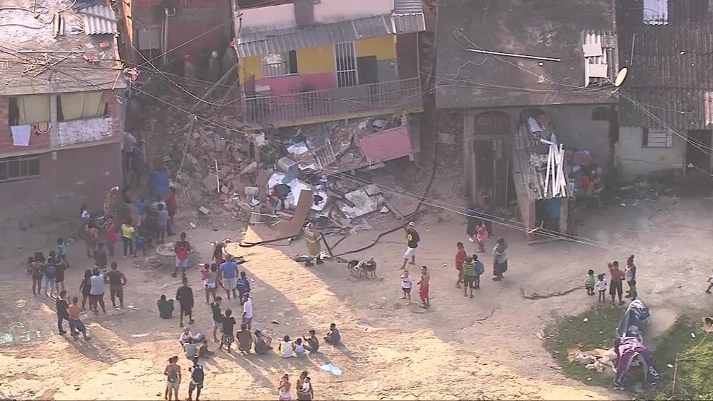 Imóvel desaba em Curicica, na Zona Oeste do Rio, na manhã desta segunda-feira (12) — Foto: Reprodução/ TV Globo
