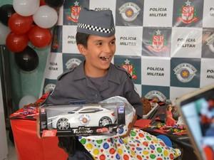 menino também ganhou viatura da polícia de presente (Foto: Arquivo pessoal/Leonardo Moreira)