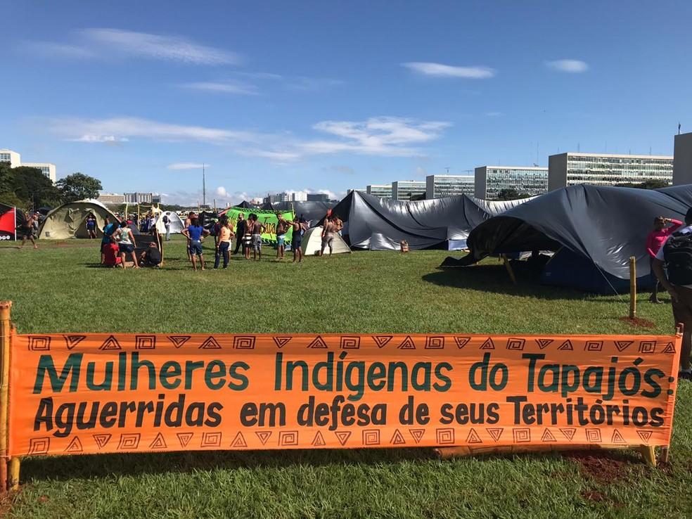 Indígenas chegam à Esplanada dos Ministérios para 15º Acampamento Terra Livre — Foto: Marília Marques/G1DF