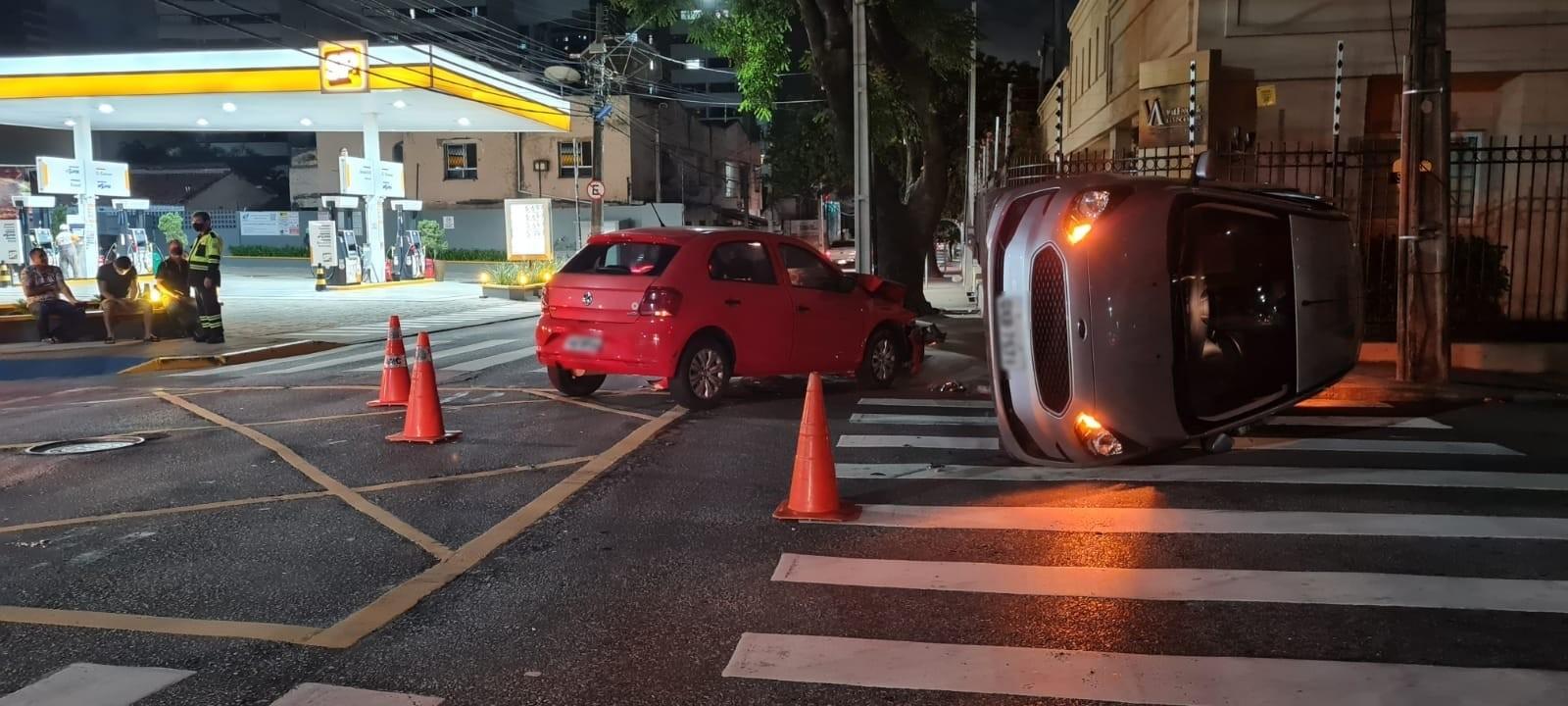 Motorista que levava mãe para cirurgia avança preferencial e colide contra outro veículo, que capota, em Fortaleza