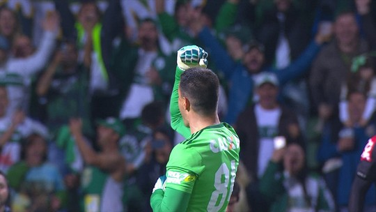 Defende e marca: Wilson rouba a cena e faz gol de pênalti em goleada do Coritiba