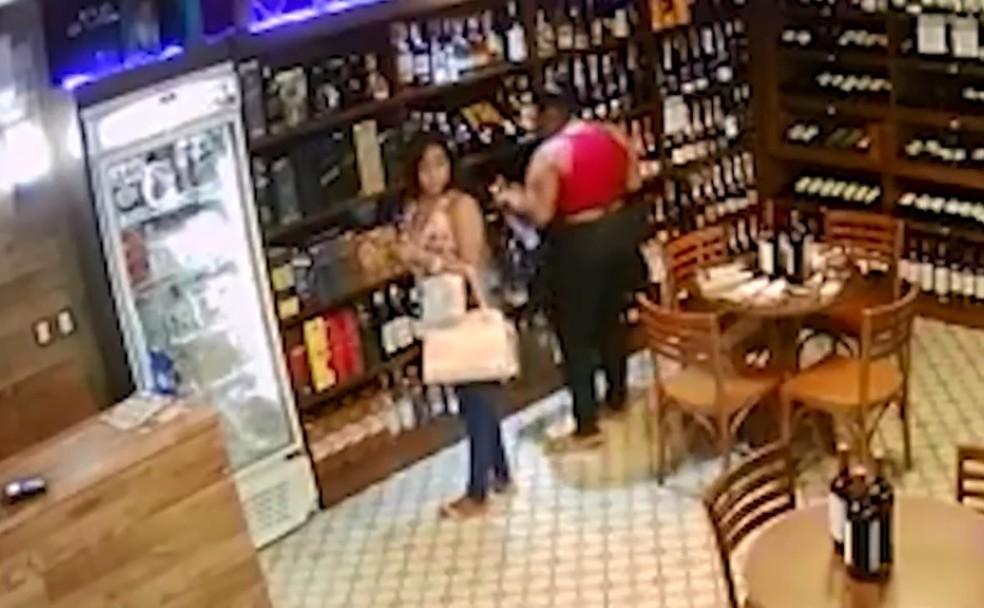 Irmãs roubam garrafas de vodca em mercado e pai leva filhas para delegacia após polícia divulgar imagens (Foto: Reprodução/TV Bahia)