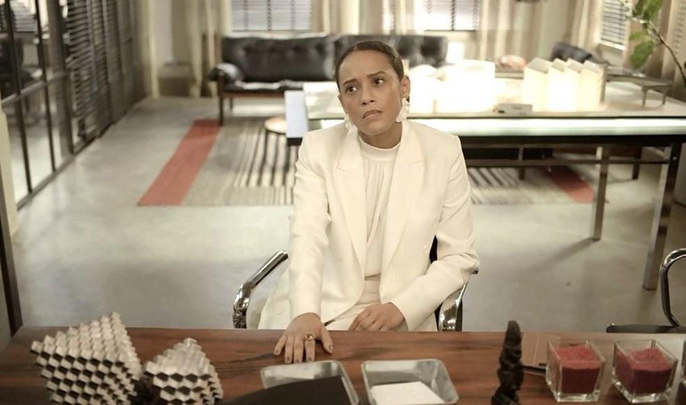 Vitória (Taís Araujo) é chantageada por Álvaro (Irandhir Santos) e é obrigada a usar sua amizade com família de Lurdes (Regina Casé) — Foto: Globo