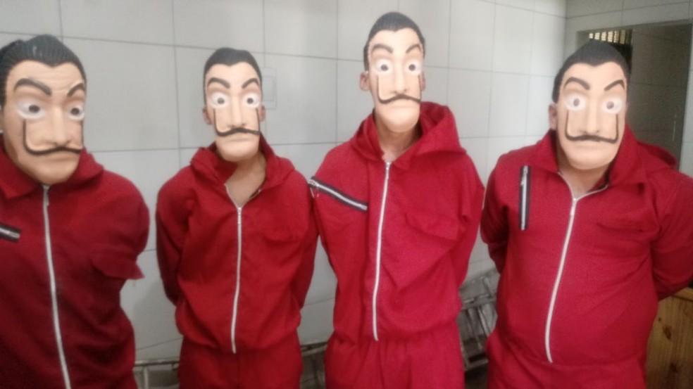 Homens fantasiados com roupas da série La Casa de Papel foram presos no Grande Recife (Foto: Reprodução/WhatsApp)