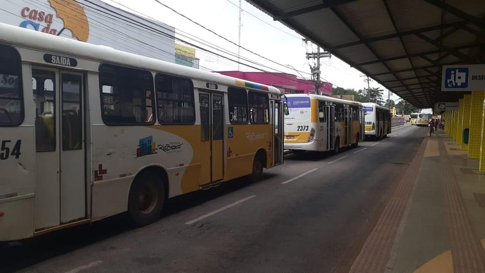 Além da desativação dos terminais, algumas linhas também têm sofrido mudanças durante a pandemia — Foto: Ônibus não saíram do Terminal Urbano em Rio Branco nesta terça-feira (19)