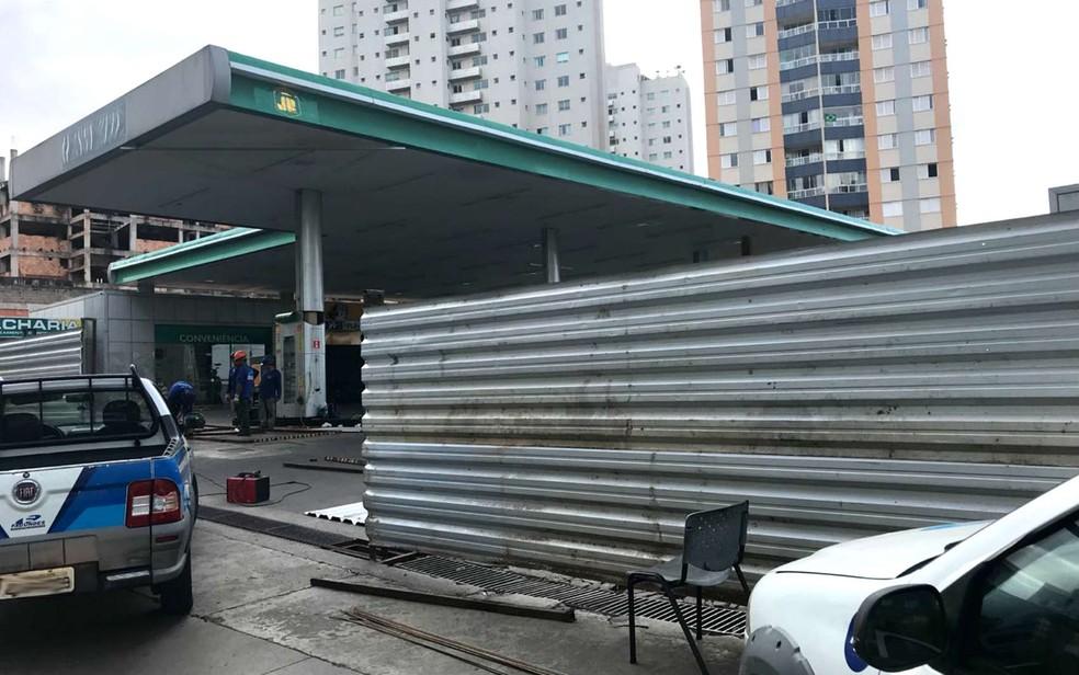 Operários trabalham em posto fechado após vender gasolina a R$ 9,99 no DF (Foto: Marcela Lemgruber/G1)