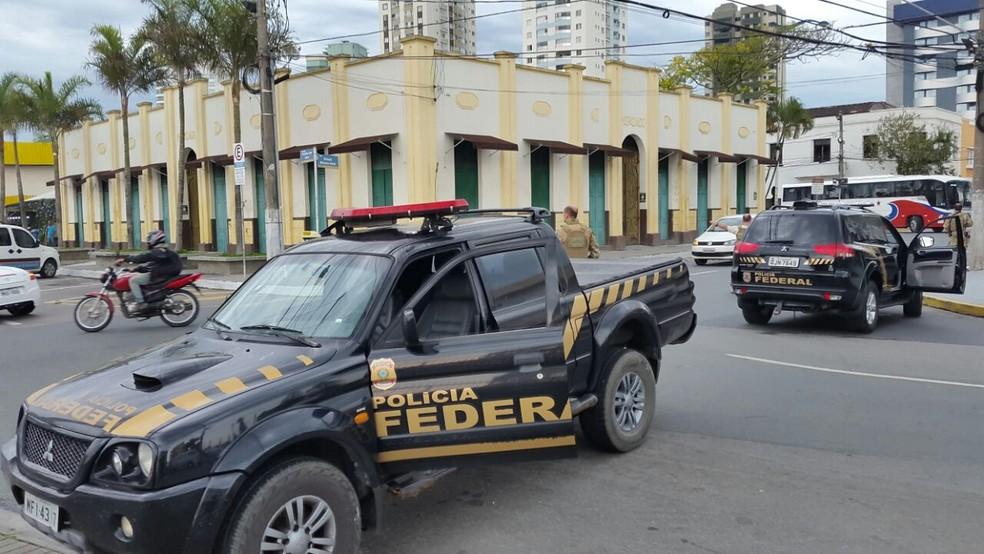 Mandados são cumpridos em seis estados (Foto: Luiz Souza/NSC TV)