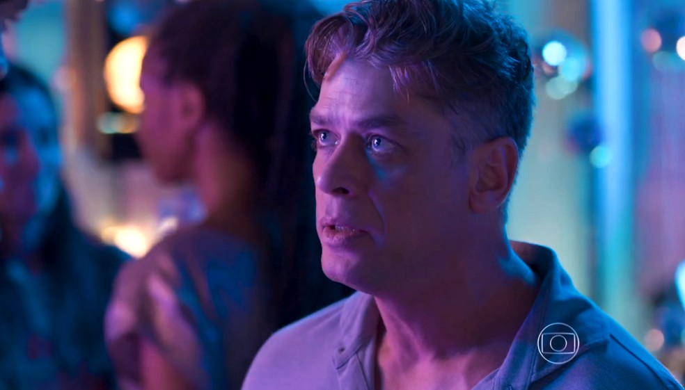 Arthur (Fabio Assunção) diz a Jonatas (Felipe Simas) para ele sair da boate, em 'Totalmente Demais' — Foto: Globo