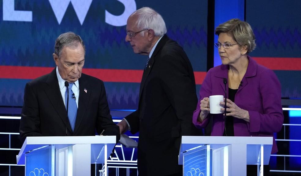MIchael Bloomberg, Bernie Sanders e Elizabeth Warren durante um dos debates entre os pré-candidatos do Partido Democrata, em 19 de fevereiro de 2020 — Foto: Mike Blake/Reuters