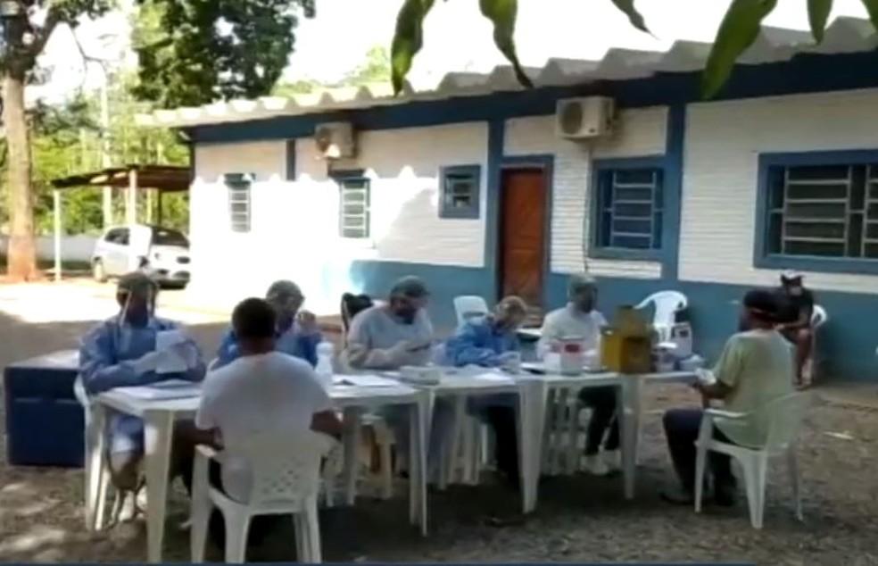 Testagem para a covid-19 em funcionários de frigorífico de Guia Lopes da Laguna, no sudoeste de MS — Foto: Reprodução/TV Morena