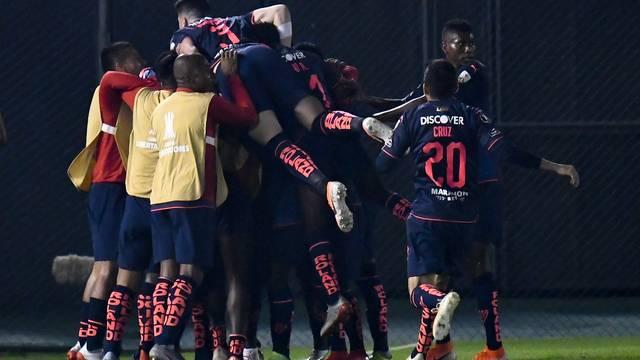 Jhojan Julio comemora com companheiros o gol da LDU diante do Olimpia