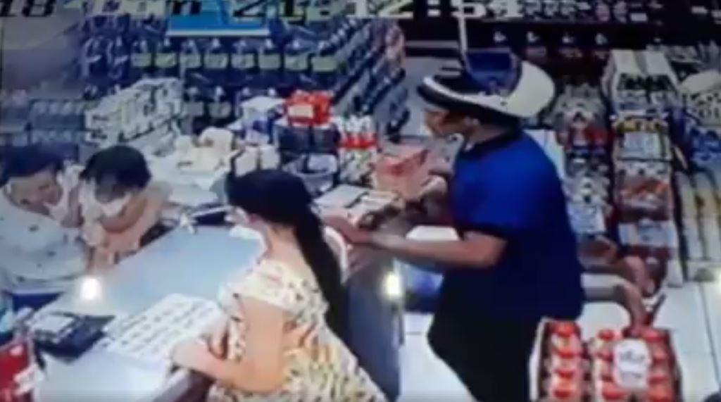 Assaltante invade distribuidora de bebidas e aponta revólver para criança; VÍDEO