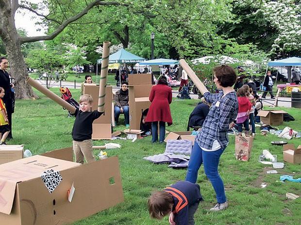 O projeto pop-up adventure play, da Inglaterra, monta playgrounds de papelão. (Foto: Divulgação)