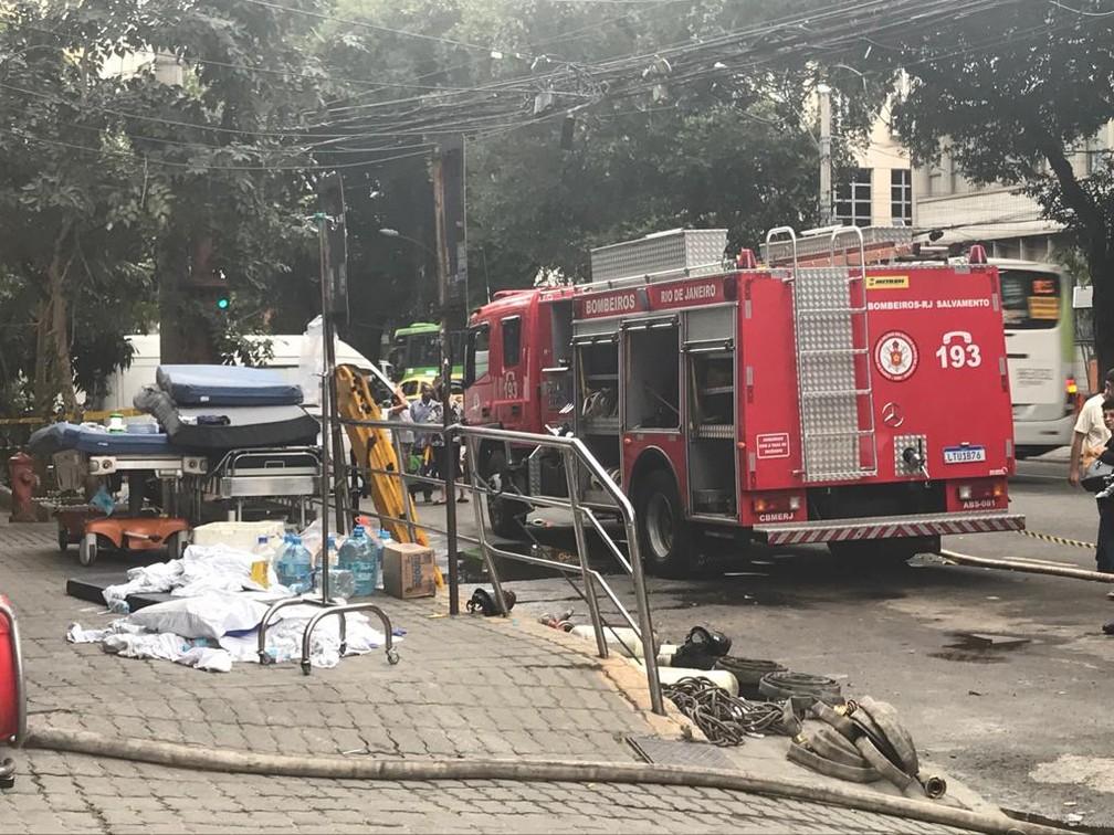 Carro dos bombeiros e roupas de cama ainda estavam na calçada do Hospital Badim — Foto: Cristina Boeckel/G1
