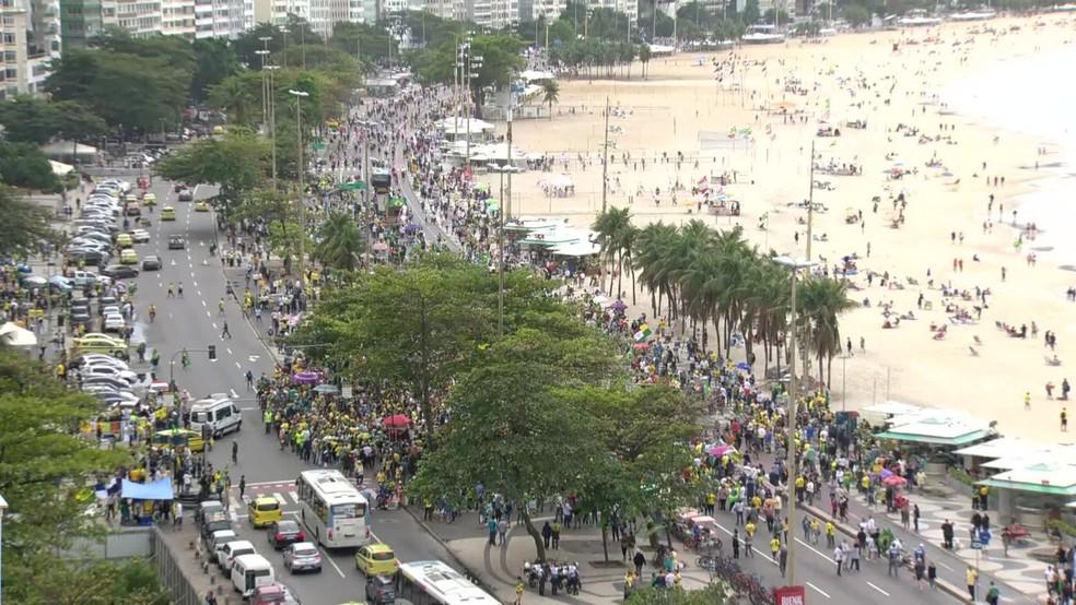 Protesto aconteceu na Avenida Atlântica na altura da Rua Miguel Lemos, em Copacabana. — Foto: GloboNews