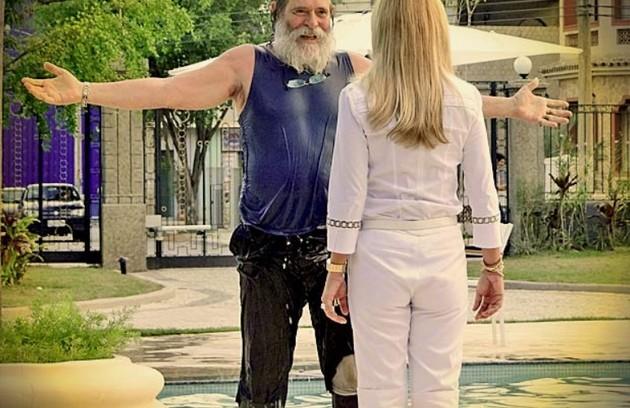 José de Abreu escolhe como favorita a cena em que Nilo se joga na piscina de Carminha (Foto: Reprodução/TV Globo)