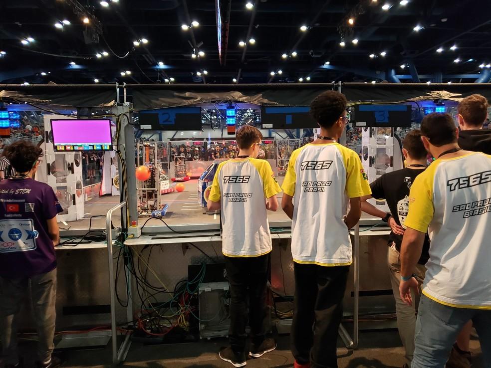 Equipe Robonáticos #7565, de São Paulo, durante a First Robotics Competition, na qual recebeu o Prêmio Rookie All Star — Foto: Aerton Guimarães/CNI