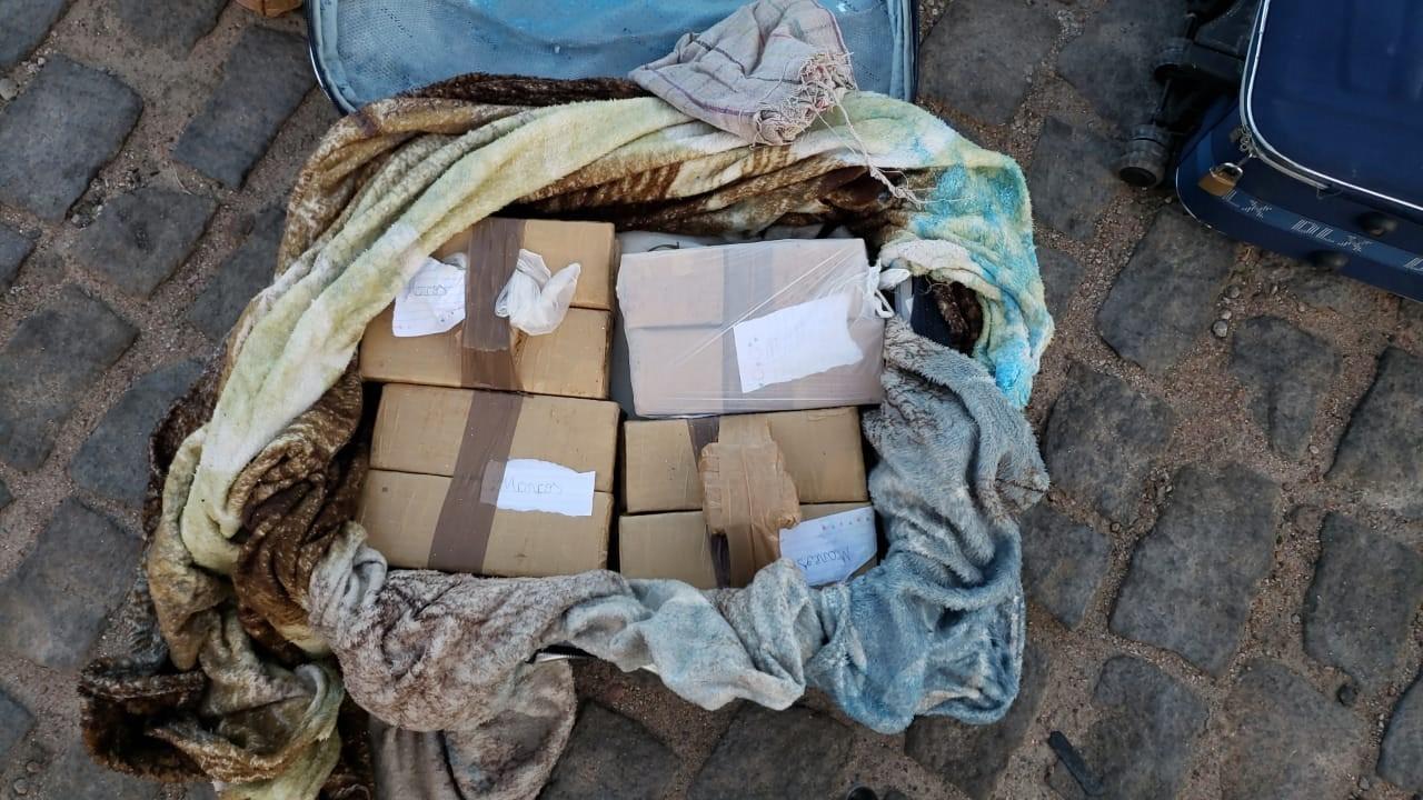 Suspeito de tráfico é preso após ser flagrado com 28 kg de maconha, cocaína e crack dentro de malas na BR-116, na Bahia