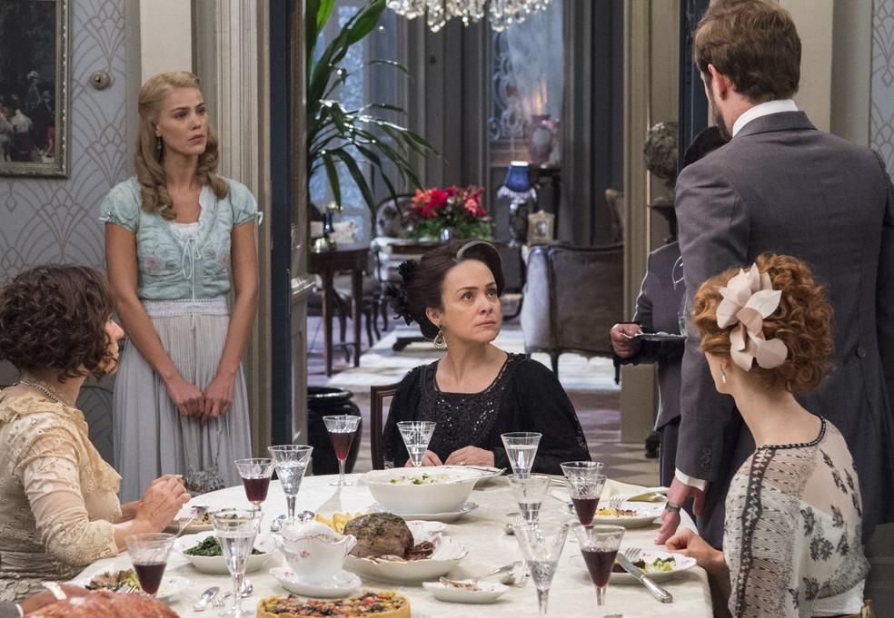 Jane toma uma decisão, cria coragem e abre o jogo com a Rainha do Café: é a verdadeira namorada de Camilo! (Foto: Estevam Avellar/ TV Globo)