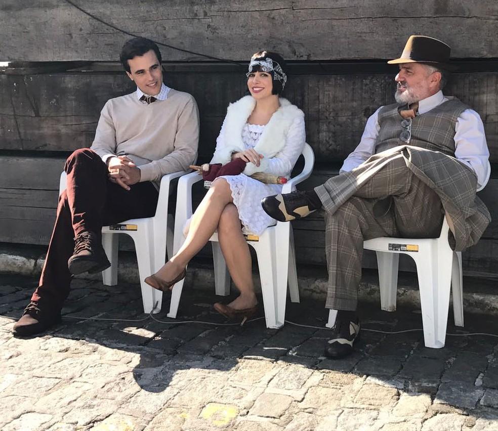 Os atores Bruno Ferrari, Sabrina Petraglia e Werner Schünemann fazem pausa nas gravações que rolam no Arsenal da Marinha, Rio de Janeiro (Foto: Adriano Melo / Globo)