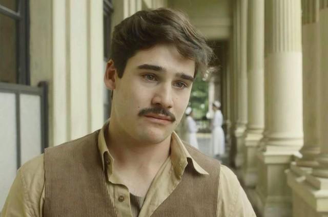 Nicolas Prattes é Alfredo (Foto: TV Globo)