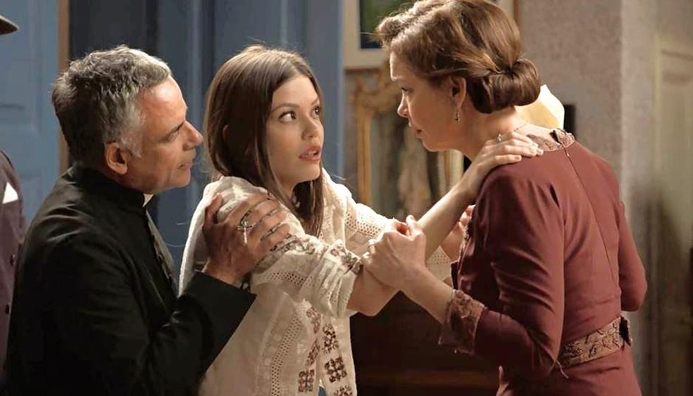 Cris (Vitória Strada) alucina e vê Ana (Julia Lemmertz) e Flávio (Ângelo Antônio) como Piedade e padre Luiz — Foto: TVGLOBO