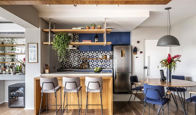 Apartamento pequeno tem boas soluções em marcenaria e tons de azul