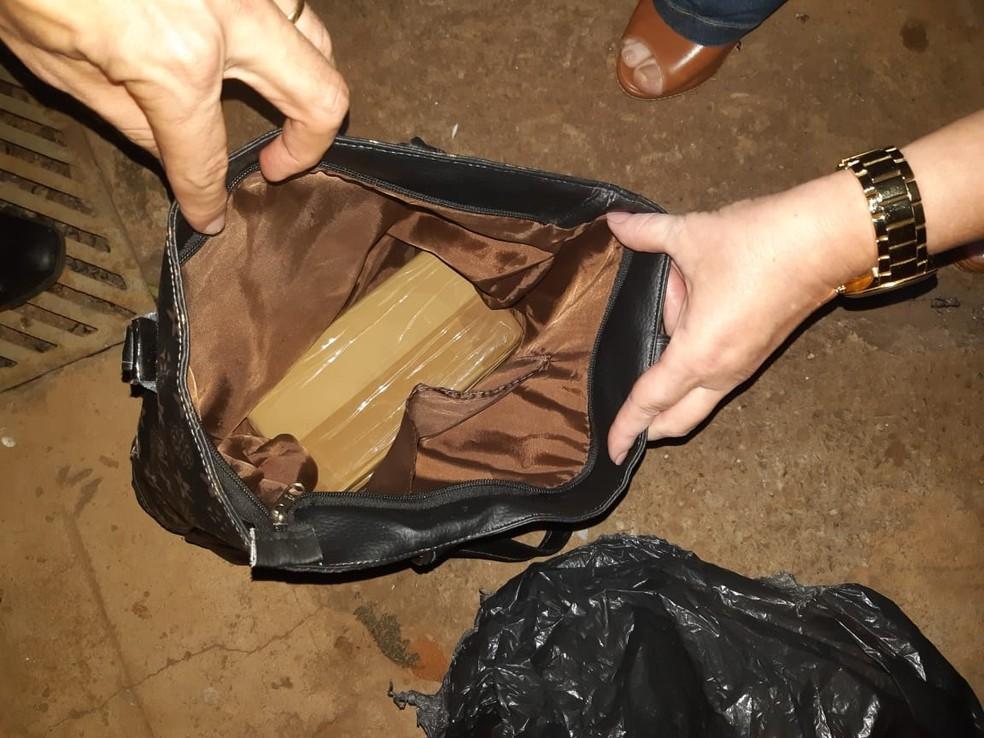 Polícia Civil apreendeu um tijolo pesando cerca de um quilo de crack, além de várias porções — Foto: Polícia Civil/Divulgação