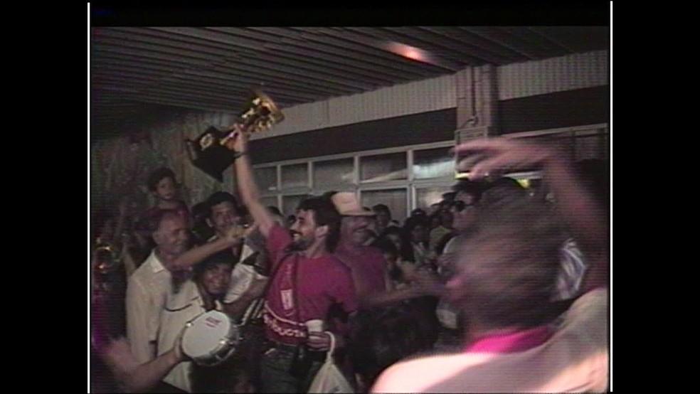 Torcida do Náutico faz festa no aeroporto por acesso em 88 — Foto: Reprodução/TV Globo