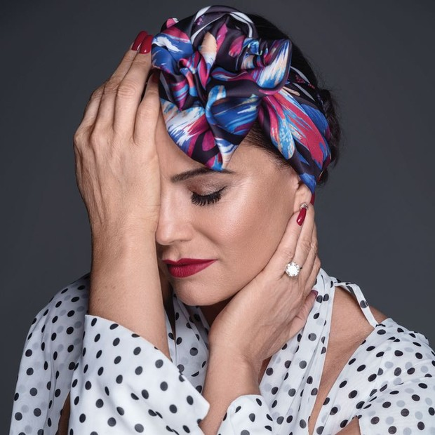 Luiza Brunet assina dois lenços para a Scarf Me que terão venda revertida para a ONG Coletivo Feminista Sexualidade e Saúde, que atua fornecendo auxilio para mulheres em situação de violência doméstica  (Foto: Divulgação)