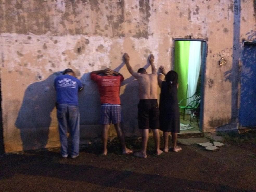 Suspeitos de envolvimento com tráfico de drogas foram presos em cumprimento de mandados — Foto: Wherbert Araújo/SSP/Divulgação