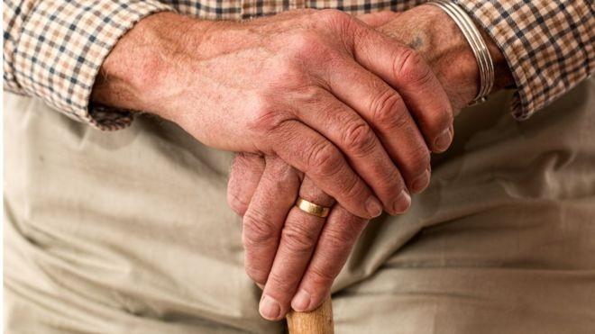 No bônus demográfico, a proporção de jovens que trabalham e contribuem para a Previdência é maior que a de inativos - idosos e crianças (Foto: BBC)