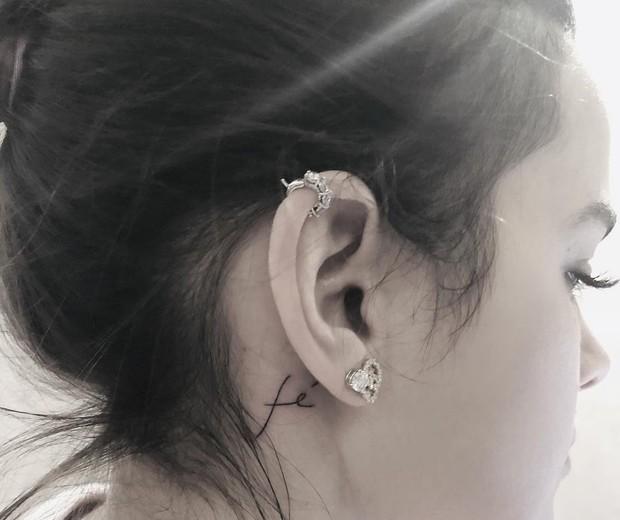 Bruna Marquezine e tatuagem com a palavra fé (Foto: Reprodução/Instagram)