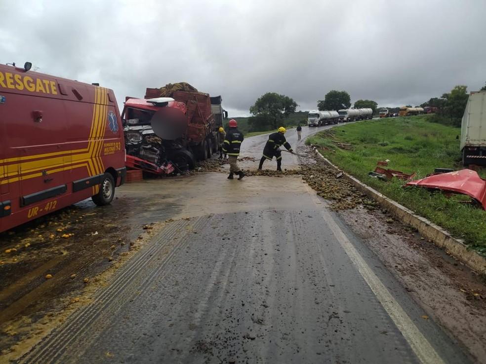 Estrada ficou interditada para limpeza da pista — Foto: Corpo de Bombeiros