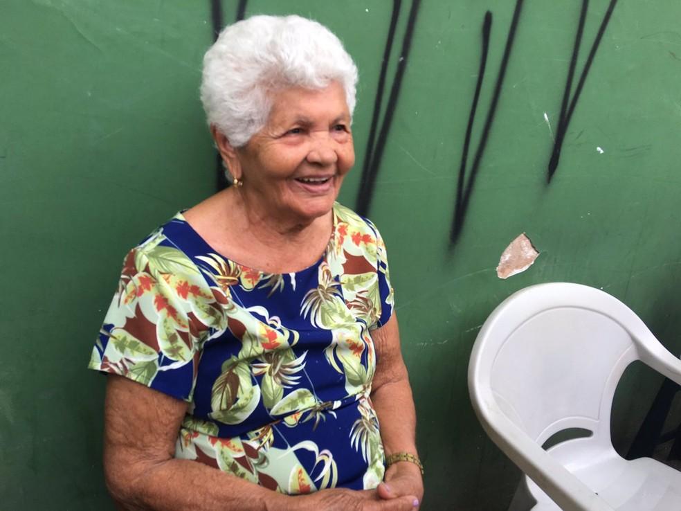 Julinda Santos, 86 anos, chegou 30 minutos antes da abertura dos portões no Colégio Luiz Vianna — Foto: Alan Tiago Alves/G1