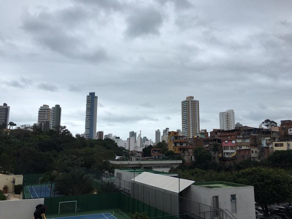 Tempo fechado em Salvador nesta quinta-feira (18) — Foto: Arquivo Pessoal